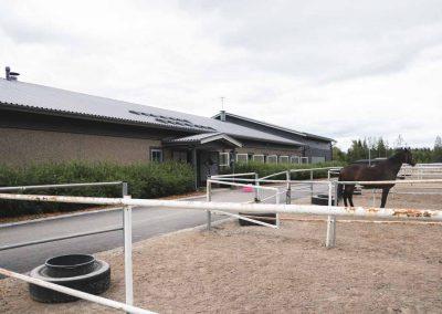 Lempäälän Ratsastuskeskuksen päärakennus